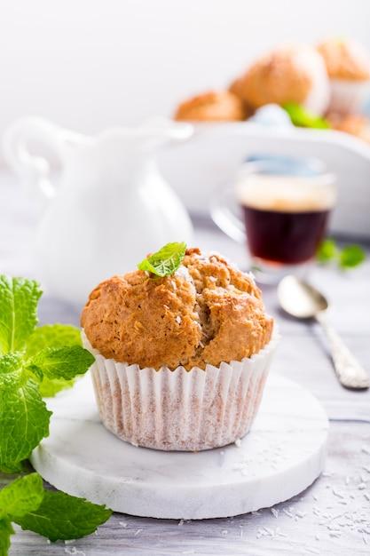 Muffin fatti in casa alla cannella al cocco Foto Premium