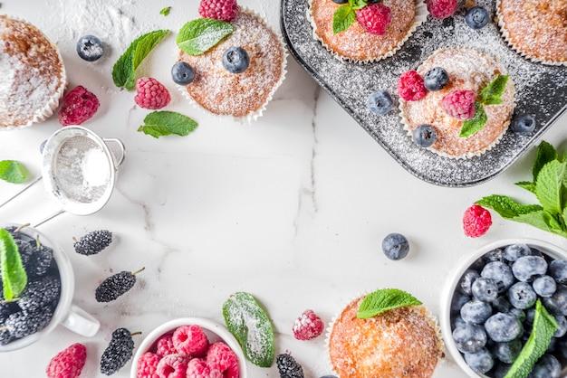 Muffin o cupcakes con frutti di bosco Foto Premium