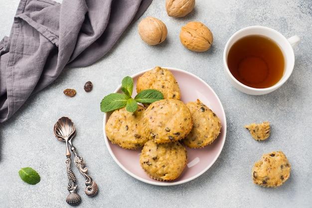 Muffin vegetariani della farina d'avena con i mirtilli e le noci su un piatto. colazione sana di concetto. Foto Premium