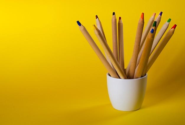 Multi matite colorate su giallo Foto Premium