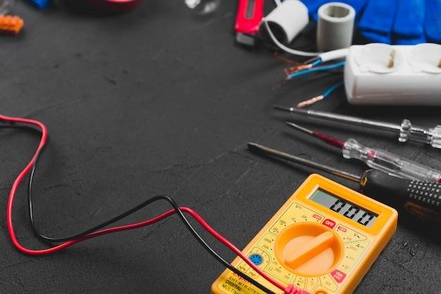Multimetro e cacciaviti sul tavolo Foto Gratuite