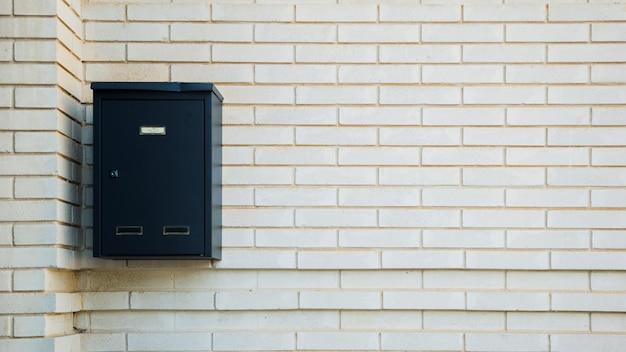 Muro di mattoni con cassetta postale Foto Gratuite
