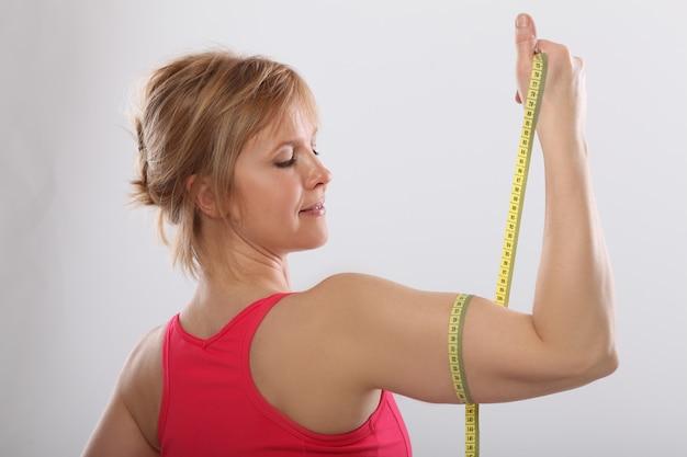 Muscoli di braccia mostrando sportivi medio sorridenti orgogliosi, concetto di fitness Foto Gratuite