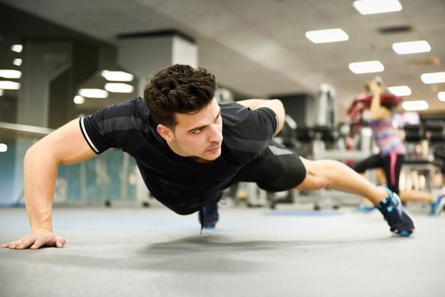 Muscoli stile di vita bianco giovane sportivo Foto Gratuite