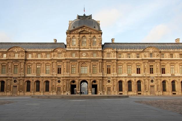 Museo del louvre a parigi in una giornata di sole Foto Premium