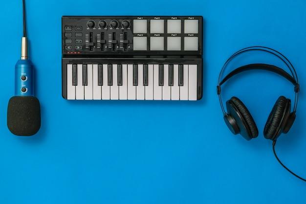 Music mixer, microfono e cuffie su blu Foto Premium