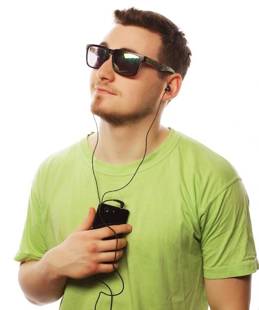 Musica d'ascolto dell'uomo e usando smartphone Foto Premium