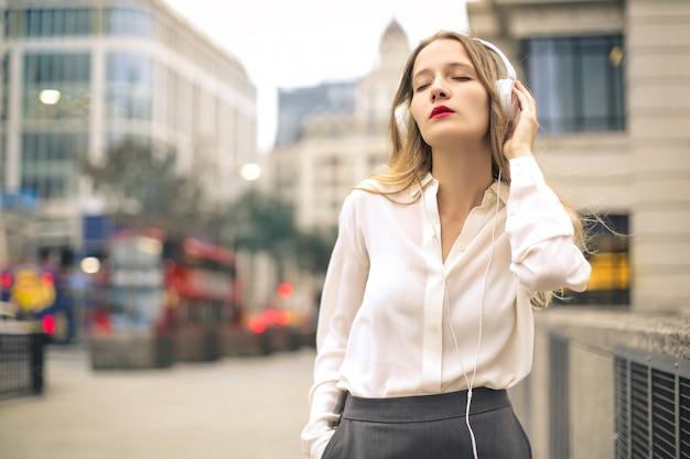 Musica d'ascolto della bella donna con le cuffie Foto Premium