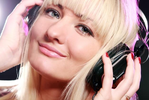 Musica d'ascolto della donna Foto Gratuite
