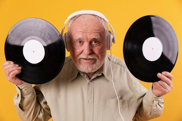 Musica d'ascolto senior emozionante a casa Foto Gratuite