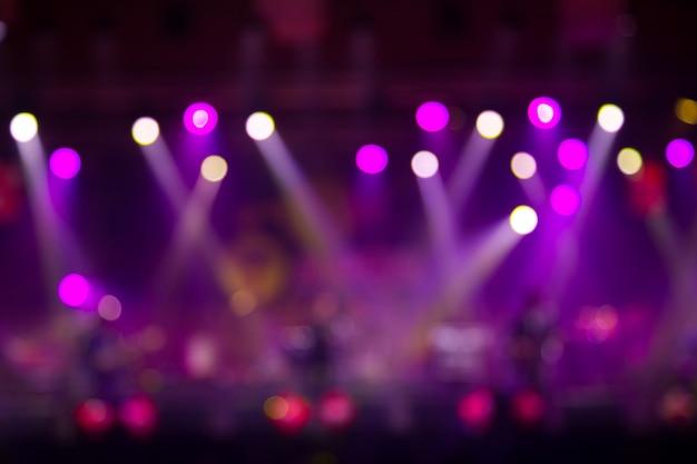 Musicista asiatico che suona la chitarra su sfondo nero con luce spot Foto Premium