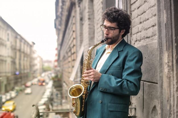 Musicista che suona su un sassofono Foto Premium