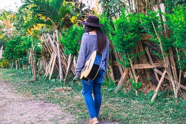 Musicisti, donne lifestyle in possesso di una chitarra Foto Premium