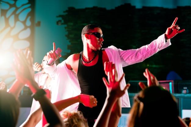 Musicisti rap o hip-hop che si esibiscono sul palco Foto Premium