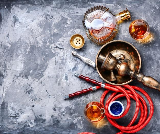 Narghilè fumante con sapore di brandy Foto Premium