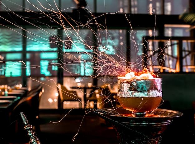 Narghilè scintille dalla ciotola di narghilè pompelmo Foto Gratuite