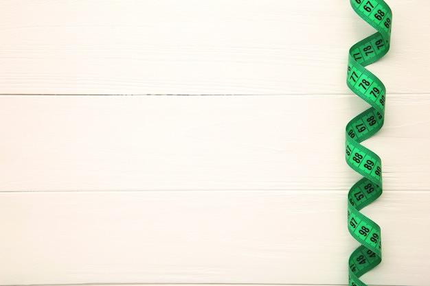 Nastro di misurazione del sarto, su uno sfondo bianco Foto Premium