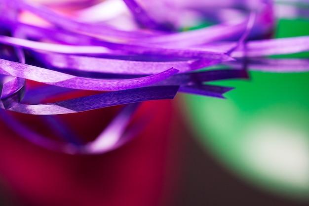 Nastro di washi viola per l'artigianato a sfondo sfocato rosso e verde. Foto Premium
