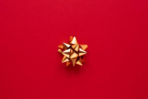 Nastro dorato su sfondo rosso Foto Gratuite