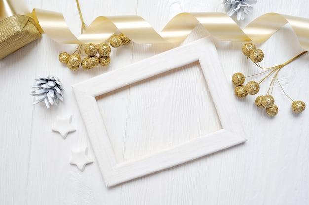 Nastro e fiocco in oro con fiocco in oro con cornice in legno di natale Foto Premium