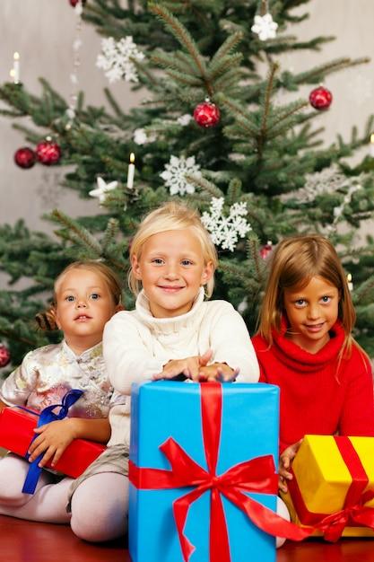 Natale, bambini con regali Foto Premium