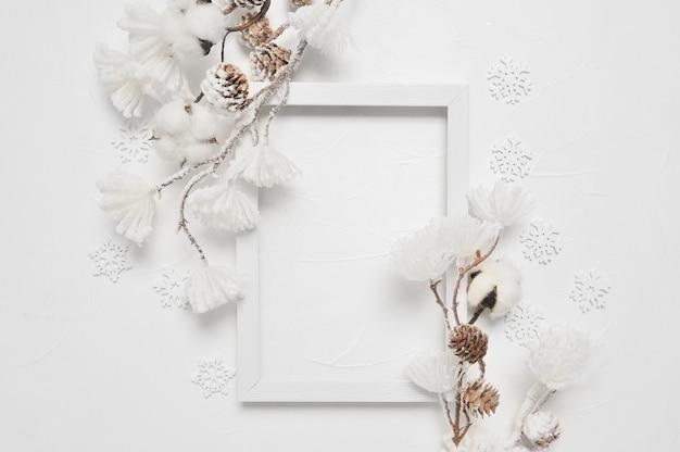 Natale del telaio di legno con copyspace. nuovi anni decorazione in bianco Foto Premium