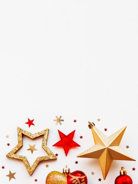 Natale e 2020 con decorazioni, a forma di cerchio. palline d'oro e rosse, stelle, coriandoli e cuore. Foto Premium