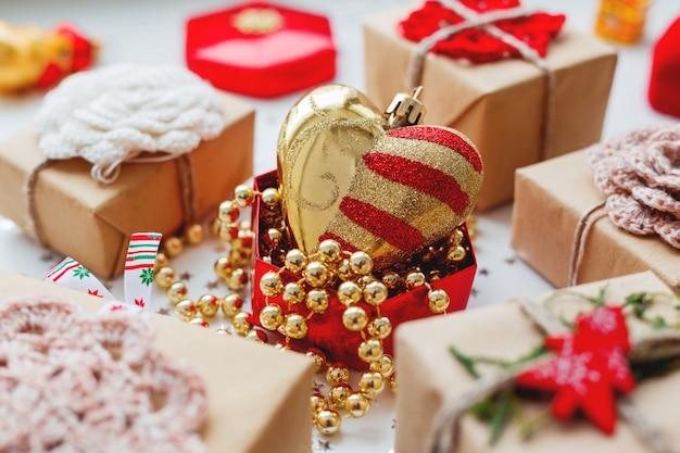 Natale e capodanno con regali e decorazioni. Foto Premium