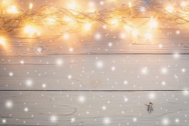 Decorazioni In Legno Natalizie : Decorazioni natalizie su fondo in legno lillà di natale e palle