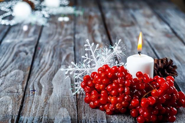Natale-viburno e candela Foto Premium