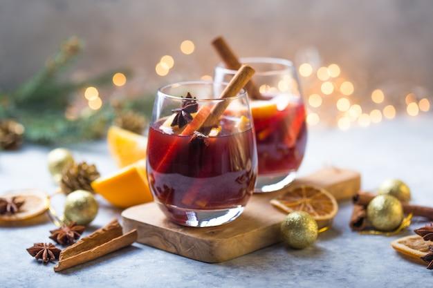 Natale vin brulè con deliziose feste come le feste con arancia cannella spezie all'anice stellato bevanda o bevanda calda tradizionale, cocktail festivo a natale o capodanno Foto Premium