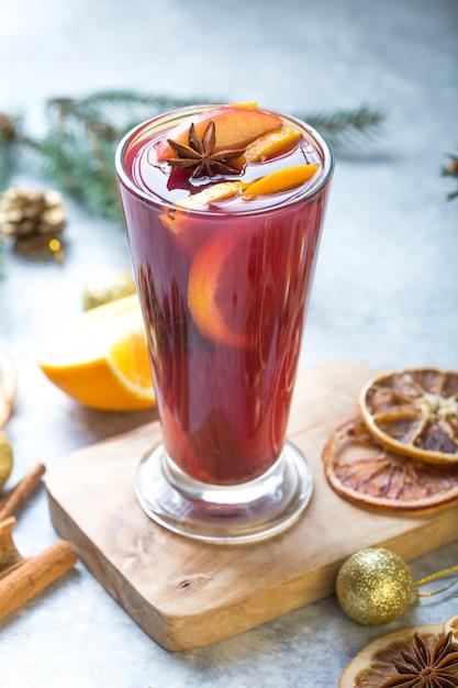Natale vin brulè con deliziose feste come le feste con arancia cannella spezie all'anice stellato. Foto Premium