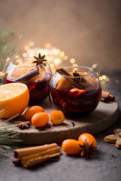 Natale vin brulé in cerchio bicchieri deliziose vacanze come feste con spezie all'anice stellato cannella. bevanda calda tradizionale in bicchieri a cerchio o bevanda, cocktail festivo a natale o capodanno Foto Premium