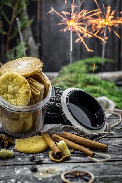 Natura morta con biscotti e luci Foto Gratuite