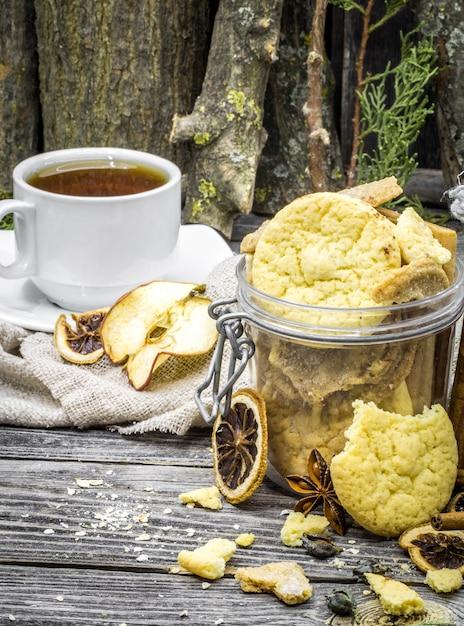 Natura morta con biscotti e spezie Foto Gratuite