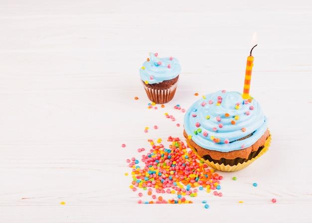 Natura morta con muffin di compleanno Foto Gratuite