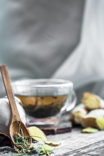 Natura morta con trasparente tazza di tè su fondo in legno Foto Gratuite
