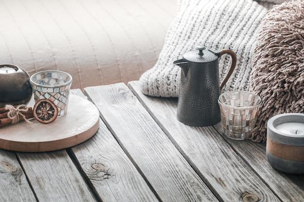 Natura morta da interni domestici su uno sfondo di legno con una candela Foto Gratuite