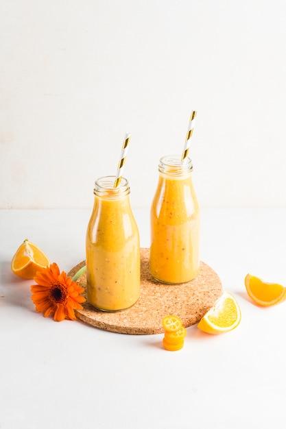 Natura morta di delizioso frullato all'arancia Foto Gratuite