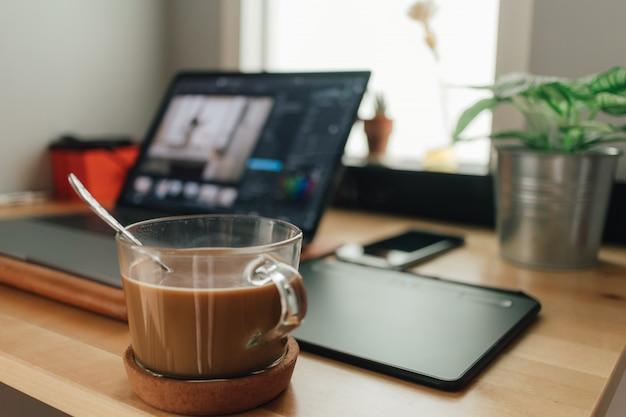 Natura morta di lavoro desktop con laptop e pen tablet. concetto di lavoro creativo freelance. Foto Premium