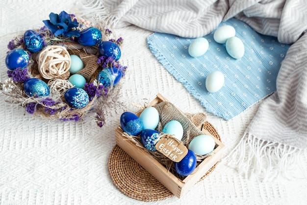Natura morta di pasqua con uova blu, decorazioni per le vacanze. Foto Gratuite