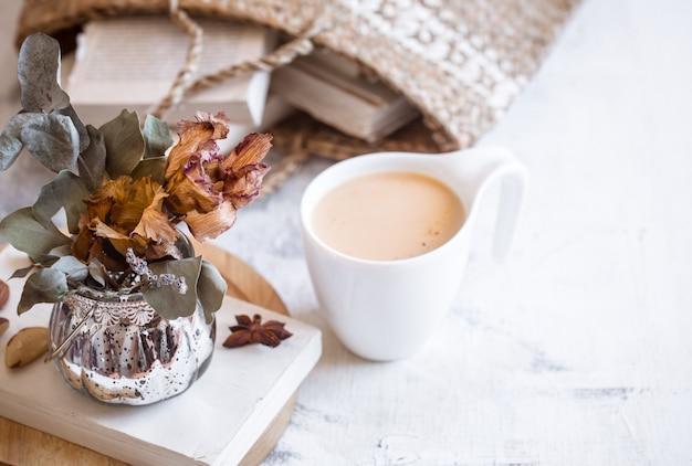 Natura morta di un libro e una tazza di caffè Foto Gratuite