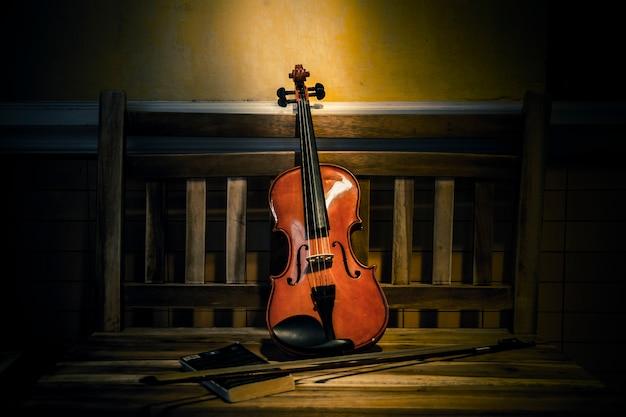 Natura morta di violino sullo stile di vecchi libri Foto Premium