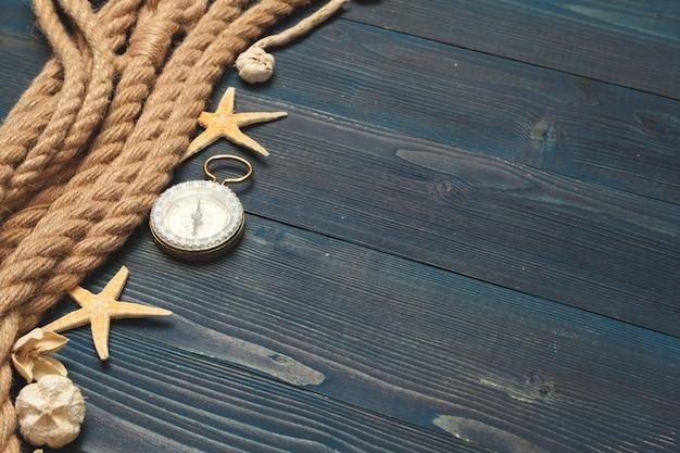 Nautico. corda per vela con una bussola Foto Premium