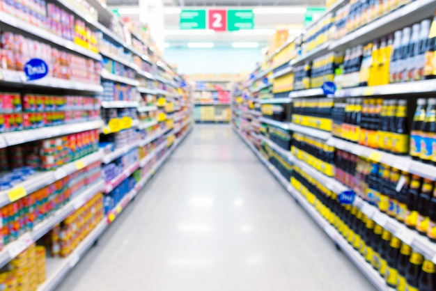 Navata laterale del supermercato con prodotti sugli scaffali. sfondo sfocato. Foto Premium
