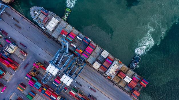 Nave da carico aerea del contenitore di vista superiore che scarica nel commercio di importazioni-esportazioni Foto Premium