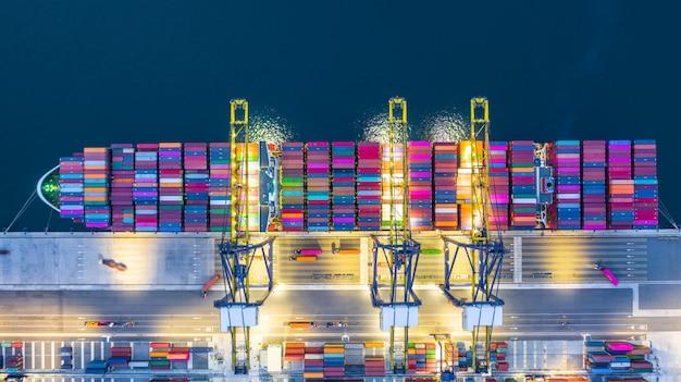 Nave da carico del contenitore nell'affare logistico alla notte Foto Premium