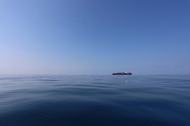 Nave da carico sul mare in una giornata limpida e cielo sereno. Foto Premium