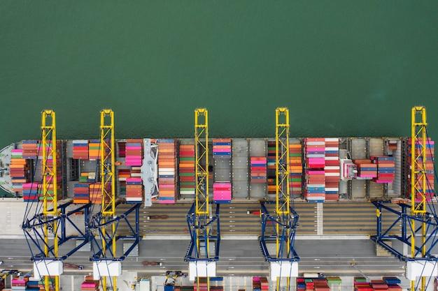 Nave di caricamento del carico del contenitore del porto marittimo di vista aerea nell'affare import export logistico Foto Premium