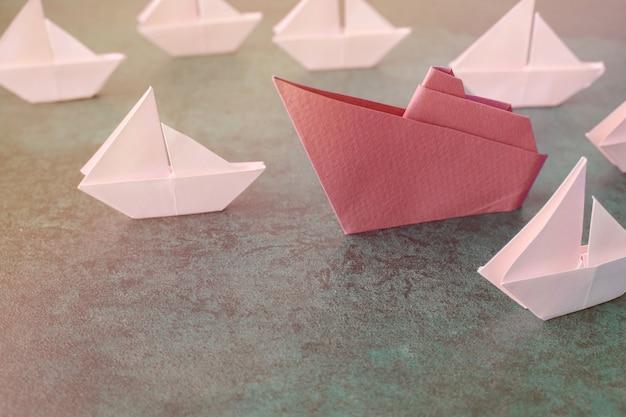 Nave di carta origami con piccole barche a vela Foto Premium